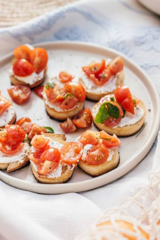 Picknick for two: Crostini met bieslook en tomaat