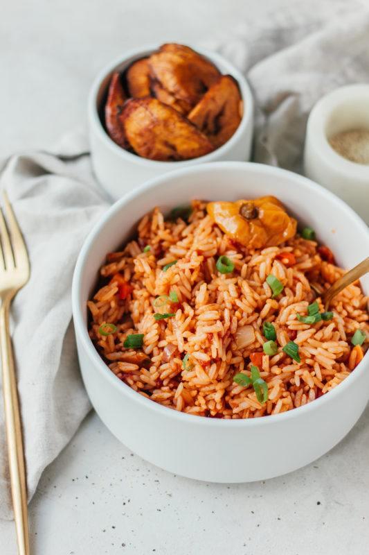 Nigeriaanse Jollof rijst met bakbanaan