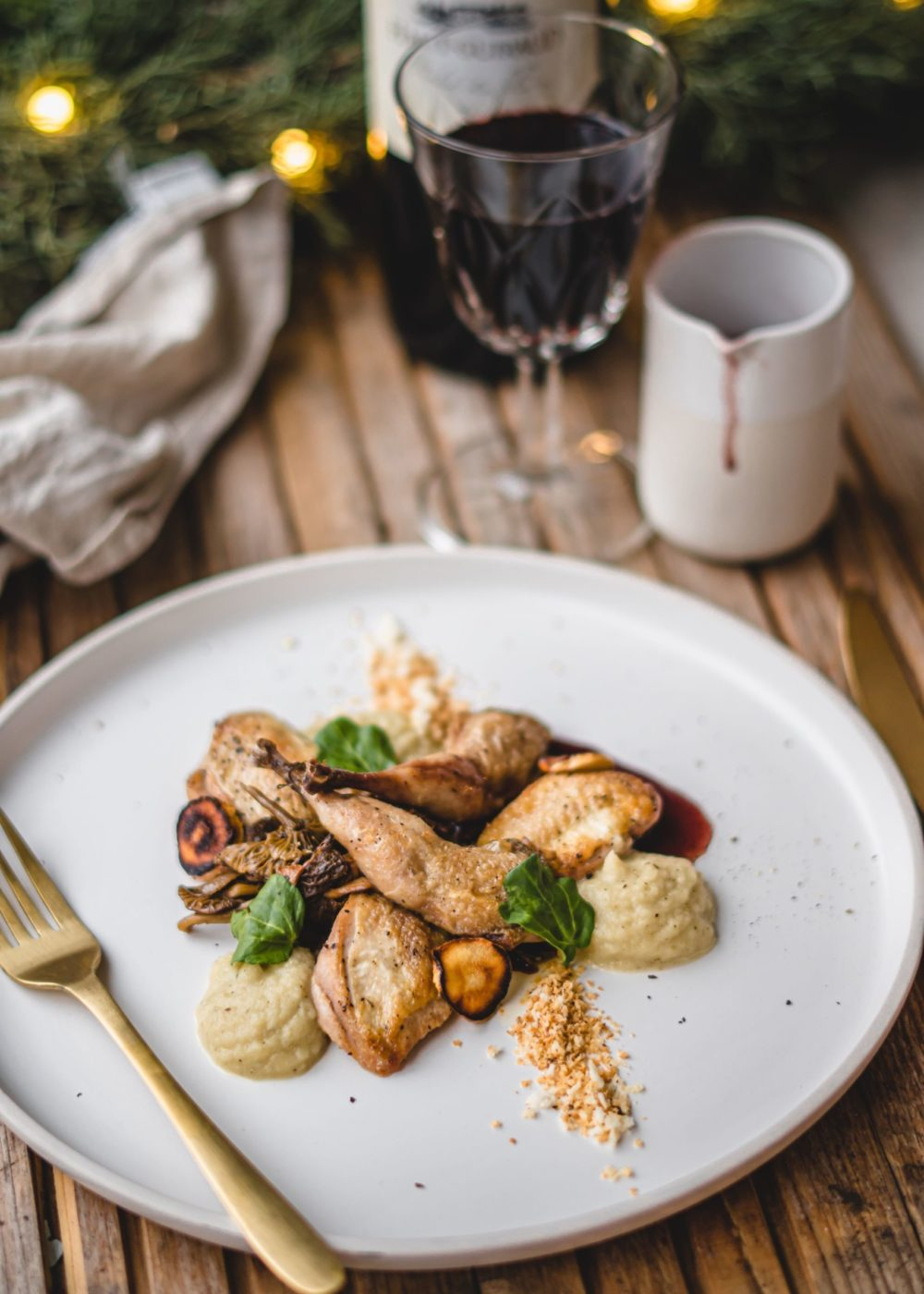Kwartel met witte ui, champignons en rode wijnsaus