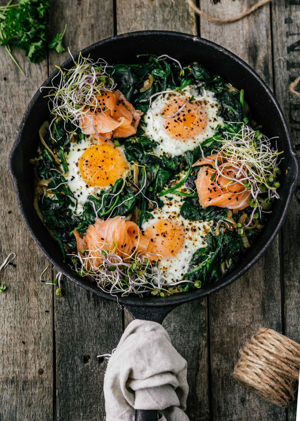 Spiegeleitjes met spinazie en zalm