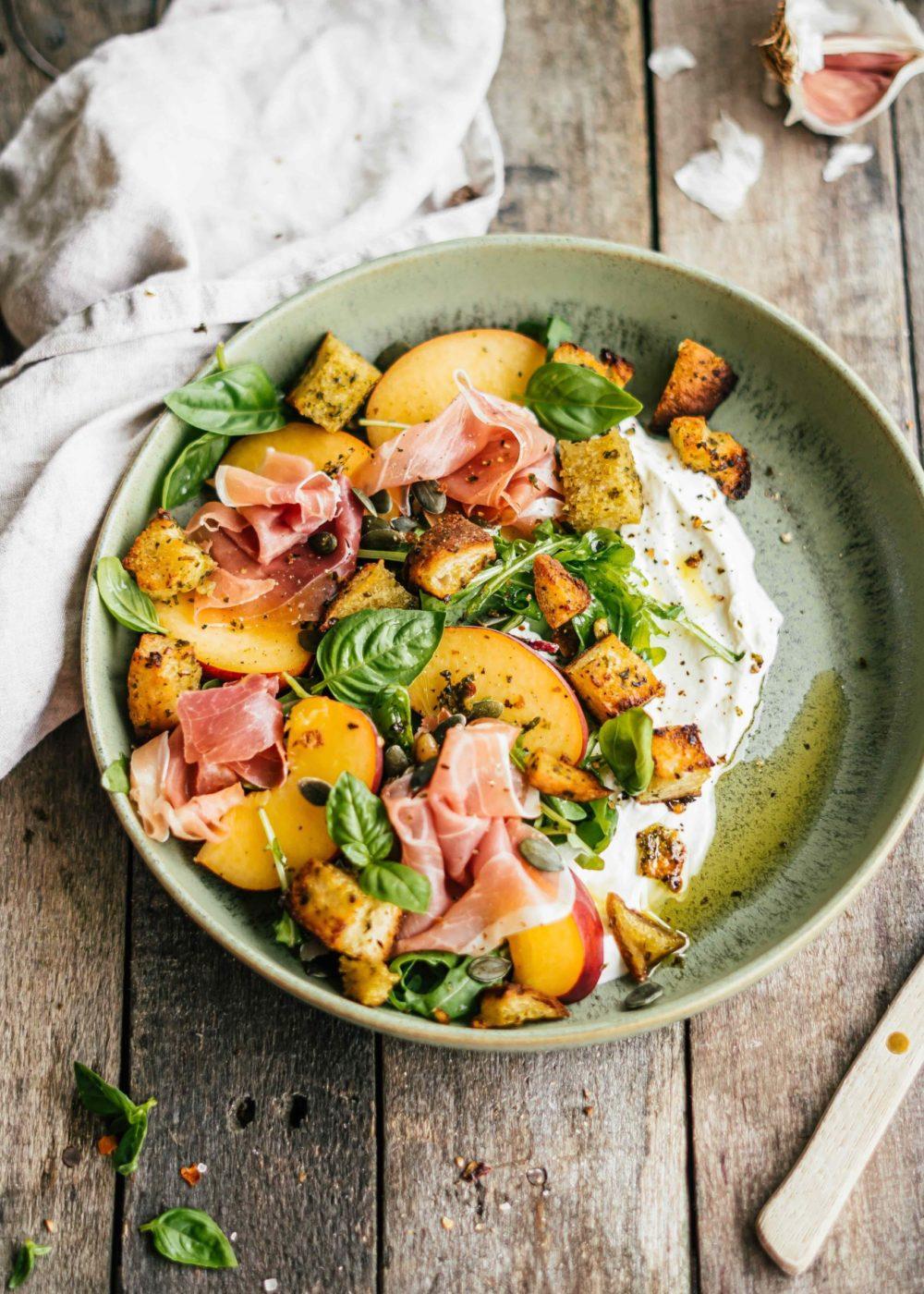Salade perzik, geitenkaas en pesto croutons