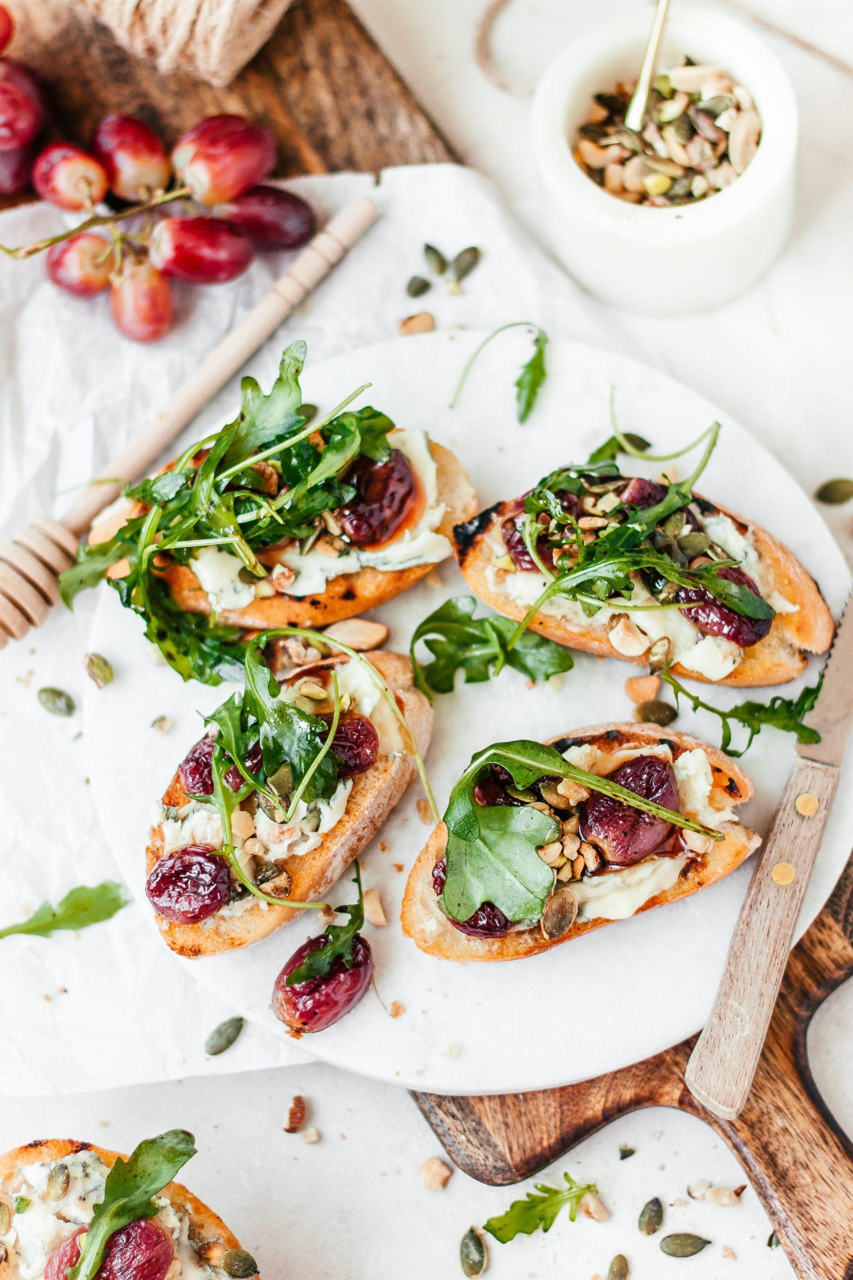 Gorgonzola met druiven crostini's