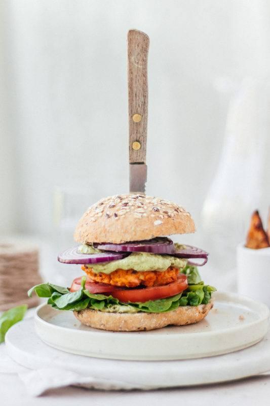 Zalm-zoete aardappelburger met rozemarijnpatatjes