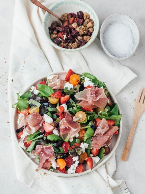 Salade met aardbeien, geitenkaas en Gandaham
