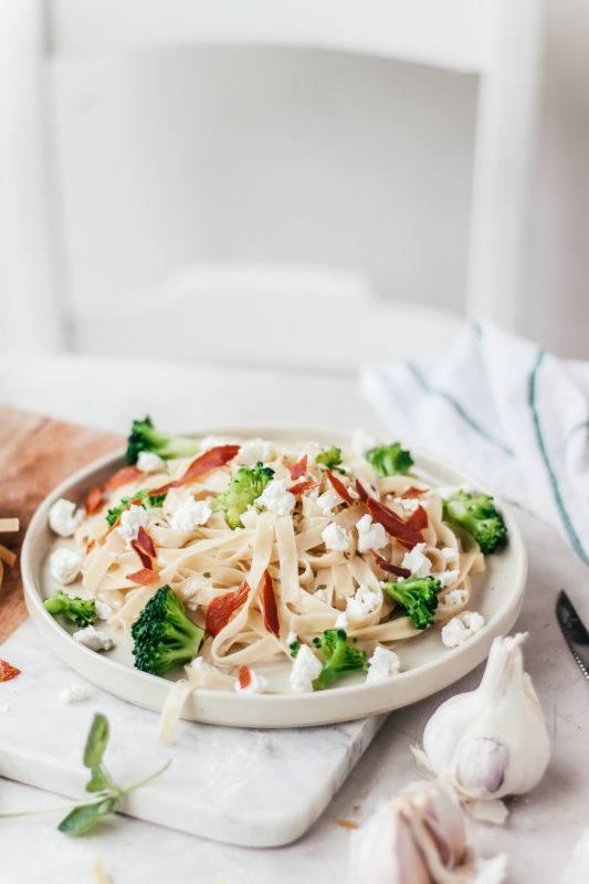 Pasta met geitenkaas, broccoli en pancetta