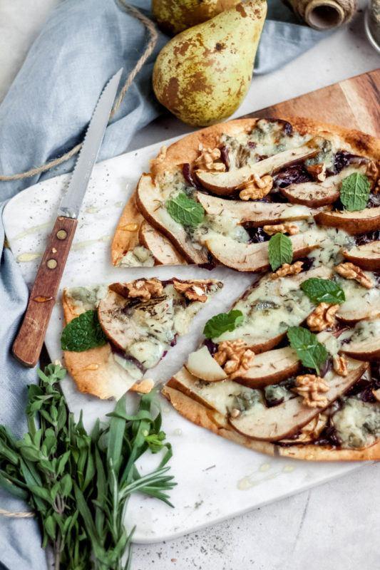 Blokfood: Pizza met gorgonzola, peer en rode ui